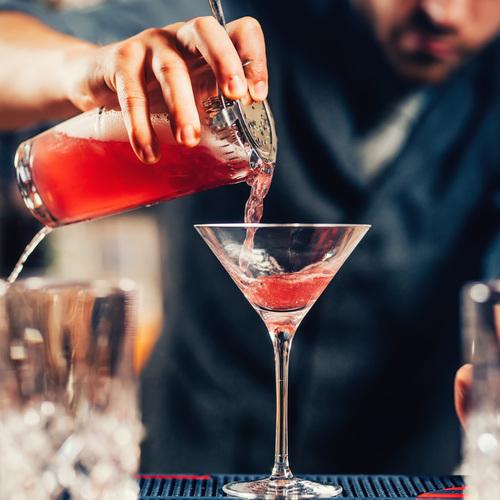 Un barman préparent un cocktail