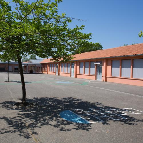 Une des cours de l'école primaire (Pluriel de cour)