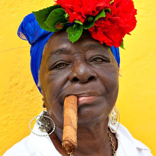 Cubaine fumant un cigare cubain