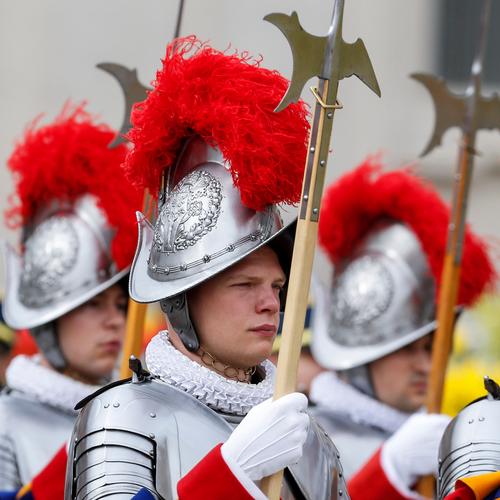 Gardes suisses au Vatican, tenant des hallebardes