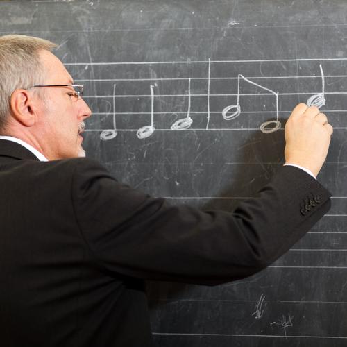 Professeur de musique notant la note la