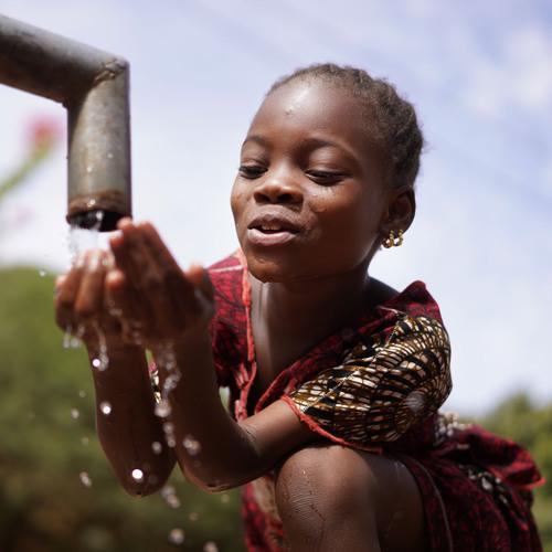 Enfant malienne sur le point de boire