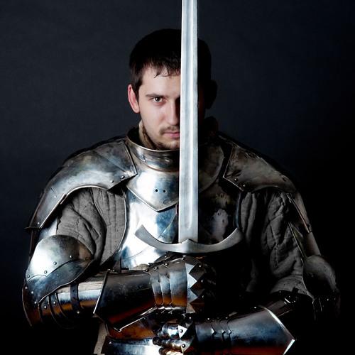 Un paladin qui brandi son épée