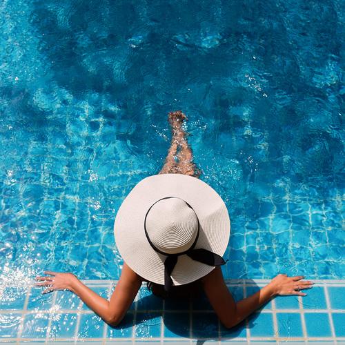 Une personne à la piscine