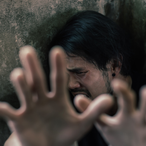 Homme en pleine crise de schizophrénie
